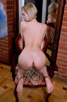 Hilary Wind Show Off Her Shaved Pussy